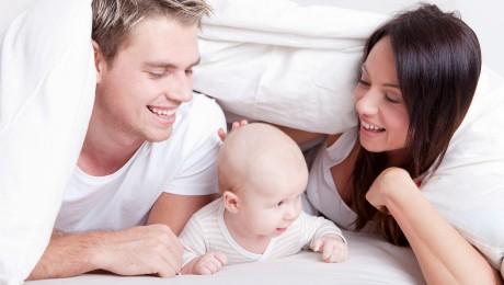 Kinder schenken Erfüllung, kosten aber auch sehr, sehr viel Geld: Glückliche Familie mit Baby. Bild: Drubig/Fotolia