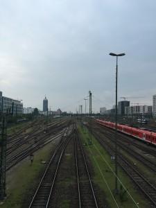 Vielbefahrenes Schienenmeer: Blick von der Hackerbrücke stadtauswärts Richtung Pasing entlang der bestehenden S-Bahn-Stammstrecke. (Bild: avd)