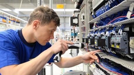 Die Beschäftigung in der bayerischen Metall- und Elektroindustrie steigt weiter an. Bild: fotolia/industrieblick