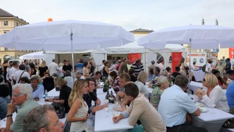 Einen Mix aus elegantem Ambiente, kulinarischen Genüssen und umfangreichem Infoprogramm bietet – mittlerweile zum vierten Mal – das Bayerische Genussfestival auf dem Münchner Odeonsplatz. (Foto: A. Pirchmoser / Bayerisches Genussfestival)