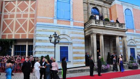 Auftakt zu den Bayreuther Festspielen: Der rote Teppich vor dem Festspielhaus. Bild: Bayr. Staatskanzlei