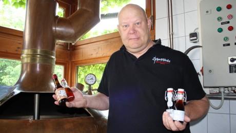 """Braumeister Georg """"Schorsch"""" Tscheuschner mit einigen seiner Spezialbiere in 0,1-Liter-Flaschen. Der Weltmeister-Bock mit 57,7 Prozent Alkohol ist ganz links. Bild: Wolfram Göll"""