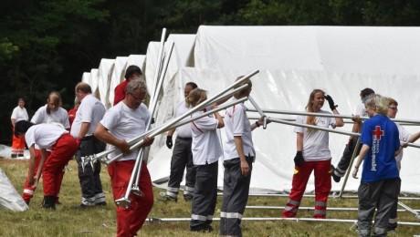 Die Unterbringungskapazitäten vieler Kommunen sind zunehmend erschöpft . DRK-Kräfte bauen in Eisenhüttenstadt (Brandenburg) Zelte als Notunterkünfte für Asylbewerber auf. Foto: dpa/Bernd Settnik