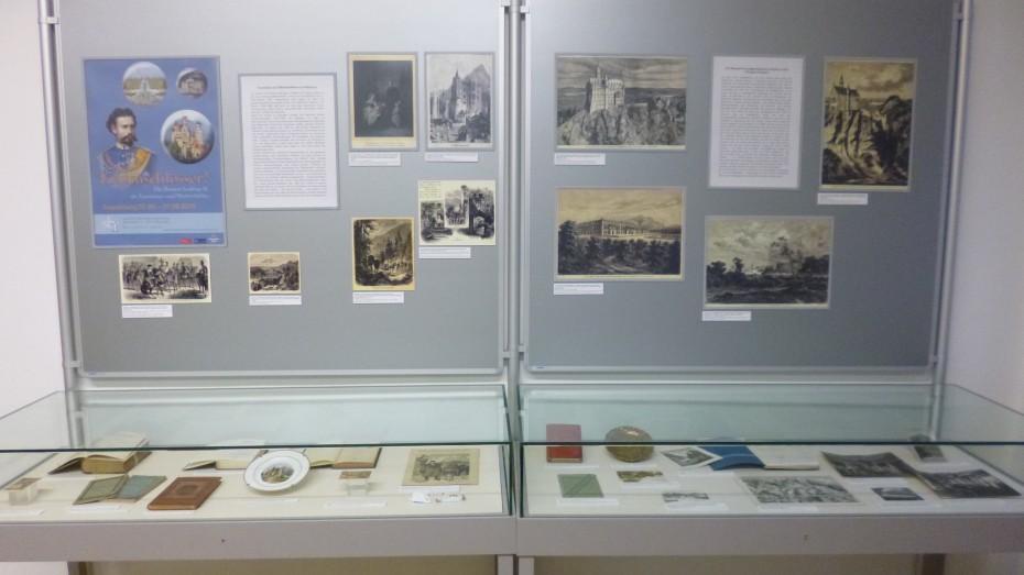 """Blick in die Ausstellung """"Traumschlösser? Die Bauten Ludwigs II. als Tourismus- und Werbeobjekte"""". Zu sehen derzeit in der Staatlichen Bibliothek Regensburg. (BK/dia)"""