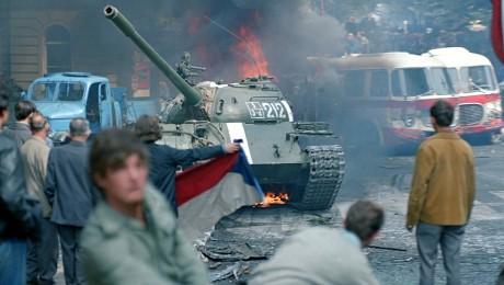 """Das Ende des """"Prager Frühlings"""": Truppen des Warschauer Paktes besetzten am 21. August 1968 die Tschechoslowakei. Zwischen Demonstranten und sowjetischen Panzern kam es zu Auseinandersetzungen. Bild: imago/CTK Photo/Libor Hajsky"""