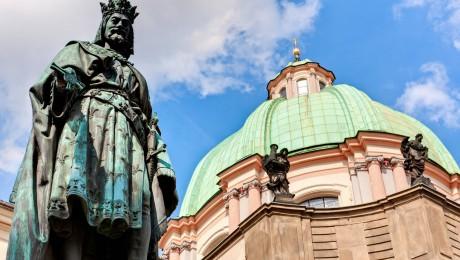 Denkmal (1848) von Kaiser Karl IV. vor der St.-Franziskus-Kirche in Prag. (Foto: imago/imagebroker)