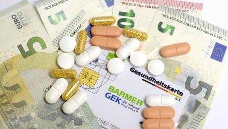 Die Kassen brauchen mehr Geld für teure Medikamente: Der Zusatzbeitrag könnte 2016 um durchschnittlich 0,3 Prozent steigen. Den Arbeitnehmer würde das 9 Euro kosten. Bild: Imago