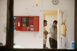 Krawalle in der Asylunterkunft in Suhl: Zahlreiche Moslems, meist aus Syrien, veranstalteten eine Hetzjagd auf einen Afghanen, der Seiten aus dem Koran herausgerissen hatte. Als der Afghane sich in die Wachstube flüchtete, schlugen die Syrer die Tür der Stube, das Mobiliar sowie die Haustür der Unterkunft kurz und klein. 17 Menschen wurden verletzt, darunter sechs Polizisten. (Foto: Imago/Bild13)