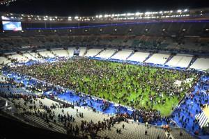 Trauriges Ende des Fußballspiels nach dem Bombenanschlag in Paris. Aus Sicherheitsgründen mussten sich die Zuschauer zunächst in den Innenraum des Stadions begeben.  Bild: Imago/Horstmüller