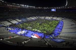 Trauriges Ende des Fußballspiels nach dem Bombenanschlag in Paris. Aus Sicherheitsgründen mussten sich die Zuschauer zunächst in den Innenraum des Stadions begeben.  Bild: Imago/JB Autissier/Panoramic