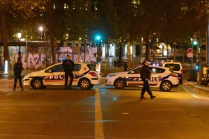 Polizeifahrzeuge sichern am Place de la Republique nahe einer der Anschlagsorte. Bild: Imago/Xinhua/Li Genxing