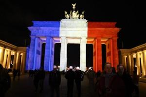 Solidarität: Das Brandenburger Tor in den französischen Farben blau, weiss, rot. Bild: Imago/Hundt/Eibner