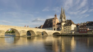 Die Donaubrücke in Regensburg. (Foto: imago / Westend61)