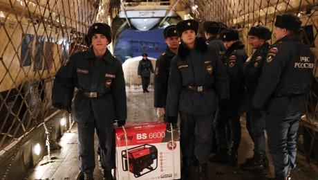 Hilfe für die Krim: Russische Arbeiter bringen Generatoren auf die Schwarzmeer-Halbinsel, auf der am Wochenende die Stromversorgung zusammengebrochen ist. Mehrere Masten waren von Unbekannten gesprengt worden. Bild: Imago/ITAR-TASS