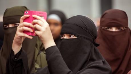 Verschleierte Muslimas bei einer Kundgebung von Salafisten. 20 Prozent der behördenbekannten Salafisten sind Frauen. (Foto: imago/epd)