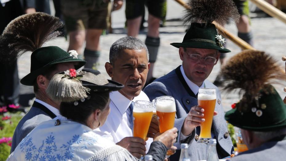 Besuch des amerikanischen Präsidenten Barack Obama in Krün zu Beginn des G 7 Gipfels im Juni 2015 auf Schloss Elmau. Rechts von Obama sitzt Krüns Bürgermeister Thomas Schwarzenberger. Bild: imago/Wiegand Wagner