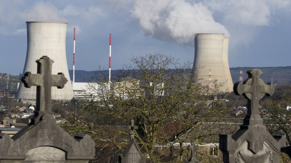 Tihange am Fluss Meuse: Der Druckbehälter des Reaktors soll tausende angeblich ungefährliche Risse aufweisen. (Bild: Imago/Reporters/Jean Marc Quinet)