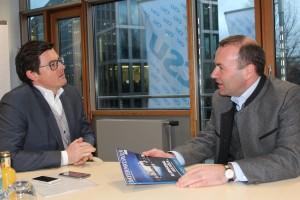 EVP-Fraktionschef Manfred Weber mit Chefredakteur Marc Sauber im Interview. (Bild: Anja Schuchardt)