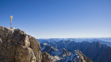 Dem Alpenraum, Lebens- und Arbeitswelt für 1,5 Millionen Menschen, droht eine Krise - im Bild die Zugspitze. (Bild: imago/Jürgen Ritter)