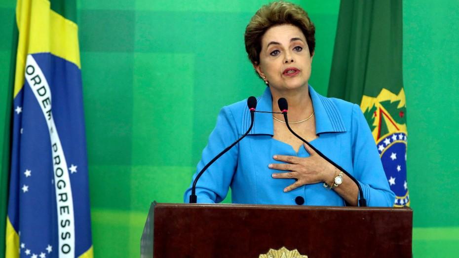 Hand aufs Herz: Präsidentin Dilma Rousseff bei einem Auftritt in Brasilia nach der Kampfabstimmung des Parlaments gegen sie /Foto: Imago)