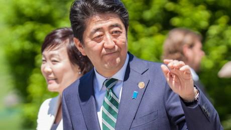 Top-Gast aus Japan in Bayern: Ministerpräsident Shinzo Abe mit Ehefrau Akie Abe bei der Ankunft zum G7-Gipfel 2015 in Elmau. Bild: imago/Gutschalk
