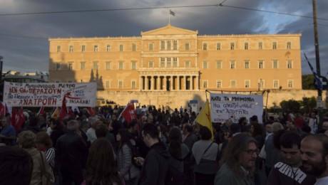 Demonstranten protestieren vor dem Griechischen Parlament gegen beschlossene Sparmaßnahmen. (Bild: imago/Zuma Press)