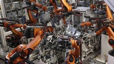Roboter der Firma Kuka beim Schweißen von Karosserieteilen im VW-Werk in Wolfsburg. (Bild: Imago/Reiner Zensen)