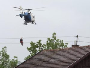 In Triftern retteten Hubschrauber Menschen von Häuserdächern, weil die Straßen überschwemmt waren. (Foto: dpa/Armin Weigel)