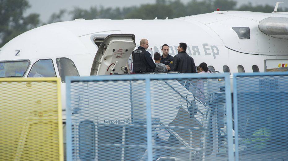Abschiebung von abgelehnten Asylbewerbern (hier am Flughafen von Baden-Baden). (Foto: Imago/Gustavo Alabiso)