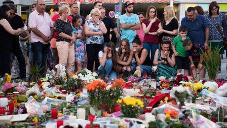 Viele Münchner gedenken vor dem Olympia Einkaufszentrum mit Blumen und Kerzen den Toten. (Foto: Imago/Sebastian Widmann)