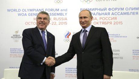Gute Freunde kann niemand trennen: IOC-Chef Thomas Bach (l.) und der russische Präsident Wladimir Putin 2015 in Moskau. (Bild: Imago/Zuma Press)