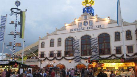 Eines der bekanntesten Zelte auf der Wiesn: Das Hofbräu-Zelt. (Bild: avd)