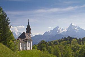 Das Watzmannmassiv mit der Wallfahrtskirche Maria Gern. (Bild: Imago/Chromorange)