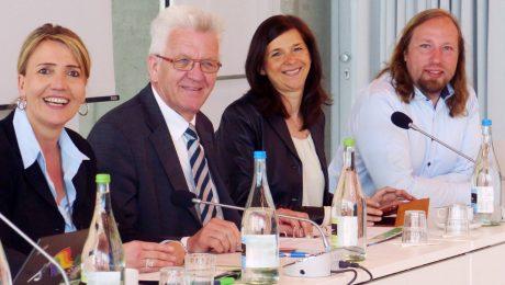 Drehen am Steuer-Rad in unterschiedliche Richtung: Grüne Partei-Größen Simone Peter, Winfried Kretschmann, Katrin Göring-Eckhardt und Anton Hofreiter. (Foto: Imago/Wolf P. Prange)