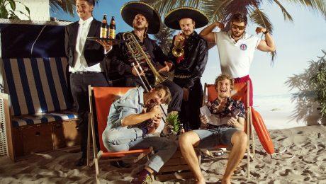 Django S. spielen einen Mix aus Ska, Rock'n'Roll, Mundart, Balkan Beats und bairischer Lässigkeit. (Bild: Julian Regensburger/fkn)