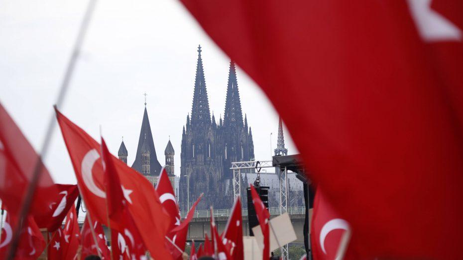 Großkundgebung anlässlich des gescheiterten Putschversuchs in der Türkei mit rund 30.000 Erdogan-Anhängern in Köln. (Foto: Imago/C. Hardt/Future Image)