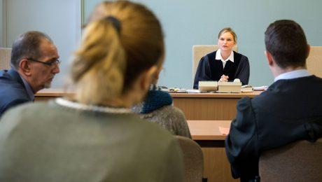 Eine Richterin am Verwaltungsgericht in Düsseldorf leitet eine Verhandlung betreffend Asylantrag von Menschen aus dem Herkunftsland Albanien. (Bild: Imago/Reichwein)