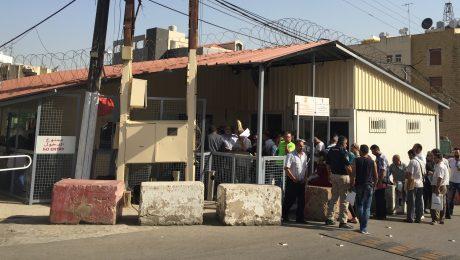Flüchtlinge vor der Deutschen Botschaft in Beirut. (Bild: Hanns-Seidel-Stiftung)