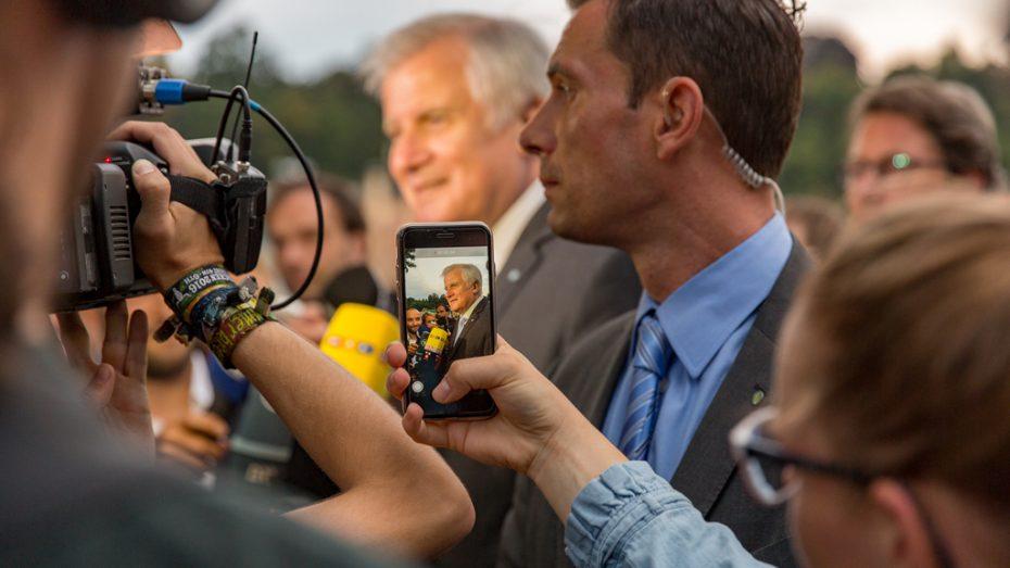 CSU-Chef Horst Seehofer umringt von Journalisten bei seinem ersten Auftritt nach der Sommerpause in Landshut. (Bild: CSU)