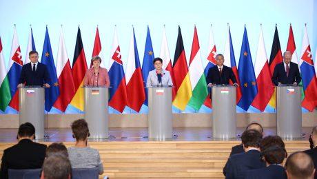Polen: Angela Merkel (2.v.l.) trifft die Visegrad-Gruppe mit Beata Szydlo (m.), Viktor Orban (2.v.r.), Bohuslav Sobotka (r.) und Robert Fico (l.). (Bild: Imago/Pacific Press Agency/Jakob Ratz)
