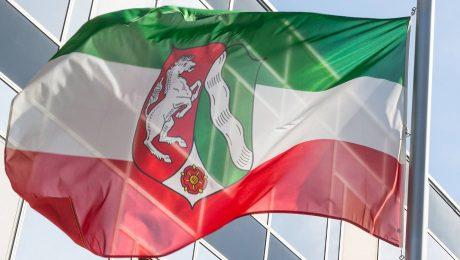 Schwer durchgeschüttelt: Die rot-weiß-grüne Flagge Nordrhein-Westfalens. (Foto: imago/Eibner)