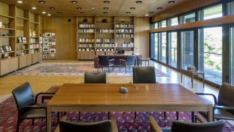 Das ehemalige Kanzlerarbeitszimmer ist mit Originalmöbeln von Schmidt ausgestattet. (Bild: Axel Thünker/fkn)