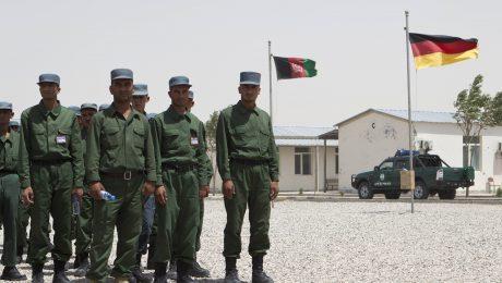 Unterstützung beim Aufbau einer Zivilgesellschaft: Deutsche Polizisten bilden afghanische Sicherheitskräfte aus. (Bild: Imago/Joachim Sielski)