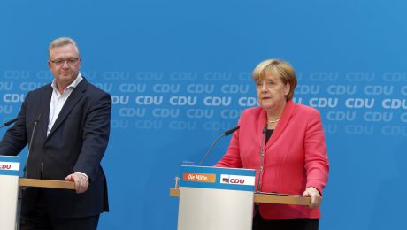 Bittere Niederlage: Frank Henkel und Angela Merkel nach der CDU-Präsidiumssitzung im Konrad-Adenauer-Haus. (Bild: Imago/Jürgen Heinrich)