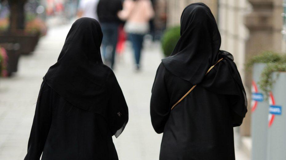 Frauen tragen Burka - in den öffentlichen Gebäuden der Niederlande soll das künftig verboten sein. (Foto: imago/Ralph Peters)