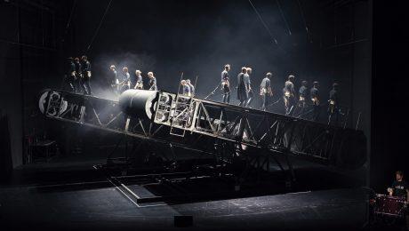 """Menschen-Förderbänder: Schillers """"Die Räuber"""" am Residenztheater in München. Premiere ist am 23. September. (Foto: Andreas Pohlmann/Residenztheater)"""