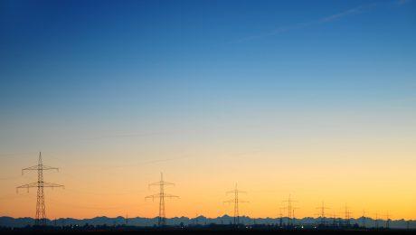 Der künftige Stromtrassenbetreiber Tennet hat jetzt bekanntgegeben, welche Trassenführungen er durch den Freistaat für möglich hält. (Bild: Imago/alimdi)