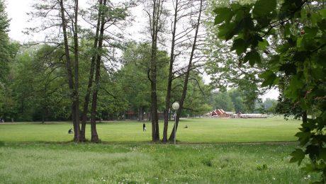 Die Wöhrder Wiese entlang der Pegnitz ist ein beliebtes Naherholungsgebiet. Hier findet sich ein neuer Kinderspielplatz, ein Biergarten und vieles mehr. (Foto: Wolfram Göll)