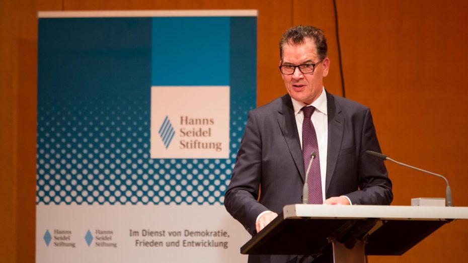 """Entwicklungshilfeminister Gerd Müller bei der Hanns-Seidel-Stiftung: """"Wenn wir warten oder nur kurzfristige Politik machen, dann wird uns das Afrika-Problem überrollen."""" (Bild: Christian Müller, Hanns-Seidel-Stiftung)"""