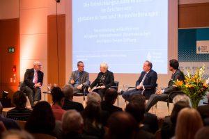 Podium: Hans-Peter Uhl, Nils Behrndt, Moderatorin Susanne Luther, Christoph Beier, Sid Johann Peruvemba. (Bild: Christian Müller, Hanns-Seidel-Stiftung)